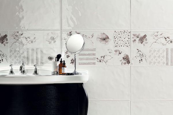 Łazienkowe płytki ścienne zdobione ornamentami